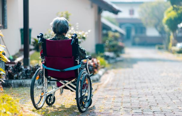 Una señora en silla de ruedas./ Unsplash