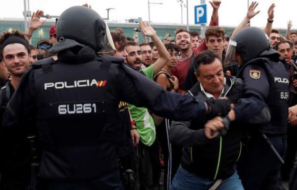 Hablan los policías de El Prat: escraches, 14 horas de trabajo y comiendo de pícnic
