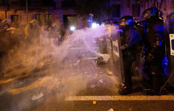 Cargas policiales y corte de carreteras
