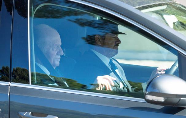- El rey Juan Carlos, invitado a la boda de Rafa Nadal y Mery Perellóa, a su llegada en coche a sa Fortalesa. /EFE