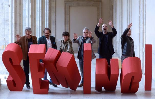 """El realizador Benito Zambrano (3d) y el actor Luis Tosar (2d), acompañados por el resto de actores, posan tras el pase de prensa de la película """"Intemperie"""". /EFE"""