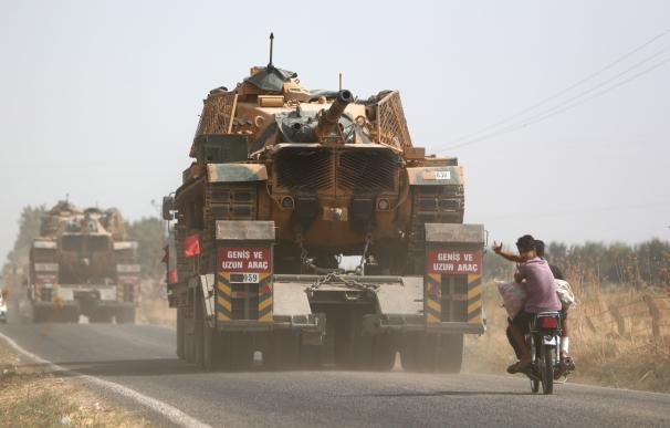 Un camión militar turco transporta carros de combate en el distrito de Akcakale en Sanliurfa. /EFE/EPA/ERDEM SAHIN