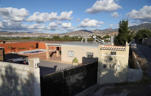 Vista de la vivienda en la localidad granadina de La Zubia, donde hallaron los dos cadáveres. /EFE/ Pepe Torres