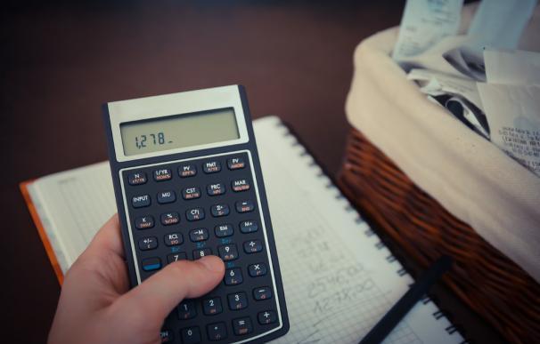 Fotografía de una calculadora haciendo cálculos para pagar el Impuesto de Sucesiones.