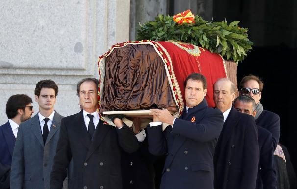 Los familiares de Franco sacan el ataúd de la Basílica