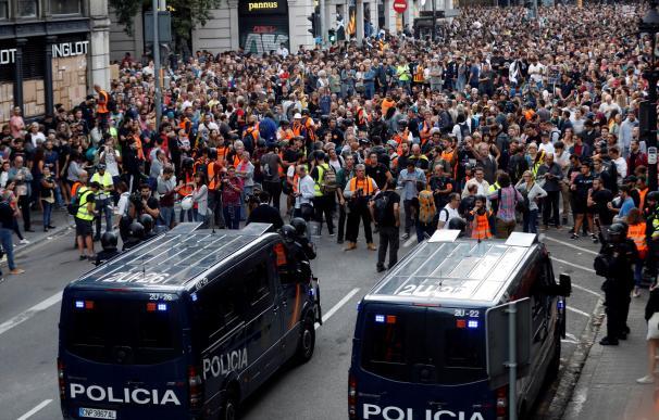 Agentes de la Policía Nacional impiden el acceso a la Via Laietana de Barcelona. /EFE
