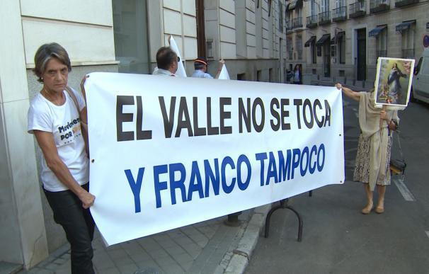 Concentración contra la exhumación de los restos de Franco