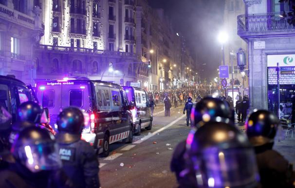 Mossos d'esquadra dispersan a los miles de personas, convocadas por los denominados CDR. /EFE