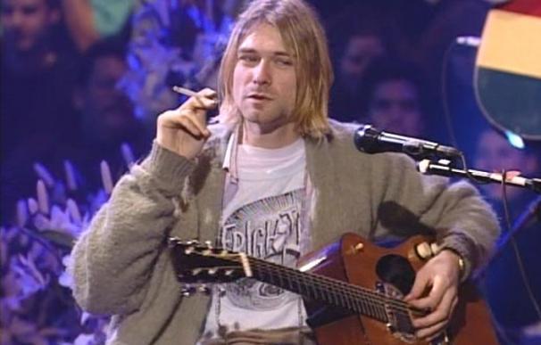 Kurt Cobain con la prenda y un cigarrillo. /Captura MTV