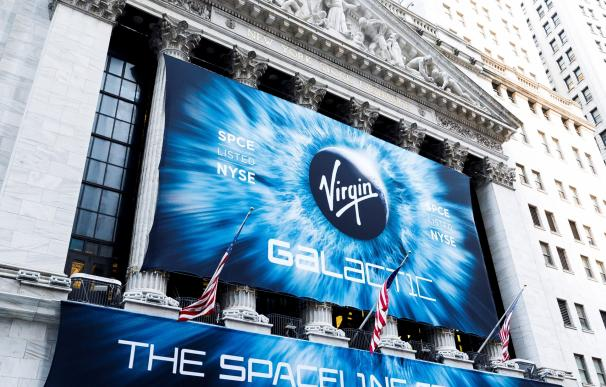 Fachada de Wall Street con la imagen de Virgin Galactic.