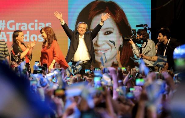 Alberto Fernández celebra su victoria electoral.
