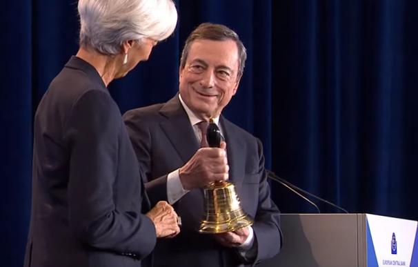 Draghi entrega una campana a Lagarde como futura presidenta del BCE