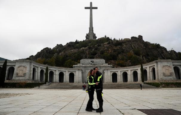 Rubén y Cristina, los primeros visitantes de El Valle tras la exhumación de Franco
