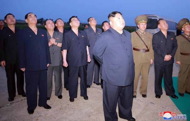 Kim Jong-un supervisa el lanzamiento de misiles sobre el mar de Japón. / EFE / KCNA