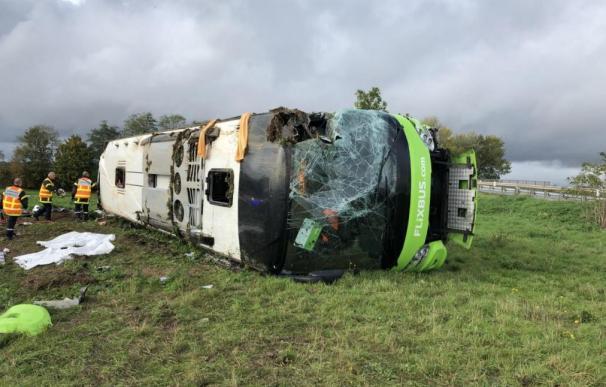 El autobús siniestrado en el lateral de la autopista. /Courrier Picard