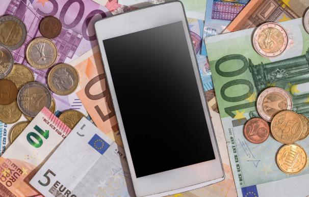 Fotografía de billetes y monedas de euro.