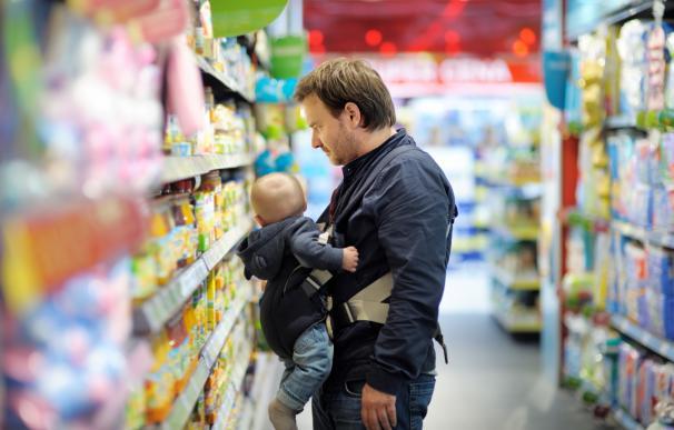 Un padre con su hijo en el supermercado.