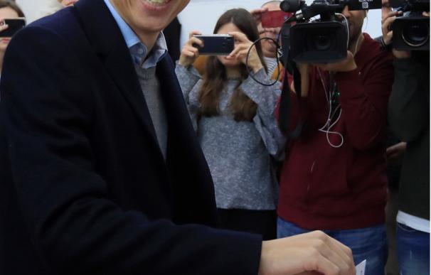 El candidato de Más País a la Presidencia del Gobierno, Íñigo Errejón, vota en el Colegio Santa Teresa de Jesús de Madrid. / EFE