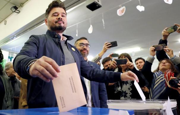 El candidato de ERC a la Presidencia del Gobierno, Gabriel Rufián, vota en un colegio de Sabadell (Barcelona). / EFE