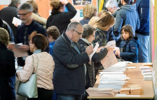 Ciudadanos votando. / EFE