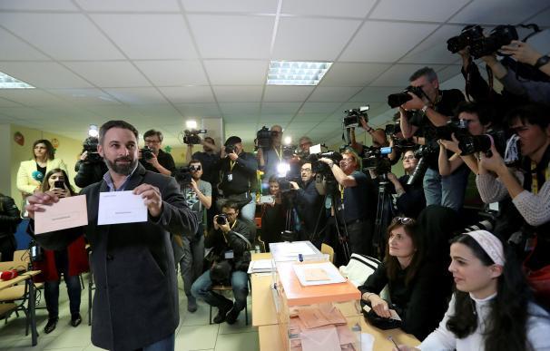 El candidato de Vox llega a votar. / EFE
