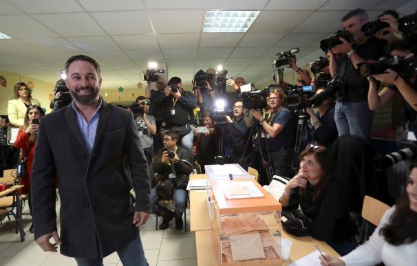 Santiago Abascal deposita su voto el 10-N