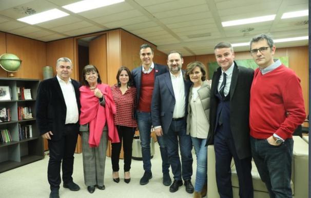 Pedro Sánchez junto a su núcleo duro de asesores anoche en Ferraz