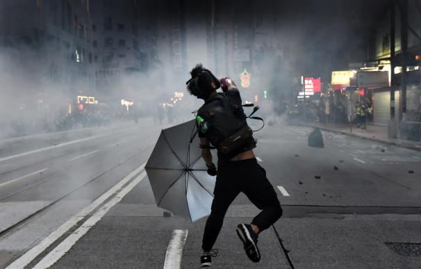 Violentos choques en Hong Kong entre la Policía y los grupos de manifestantes