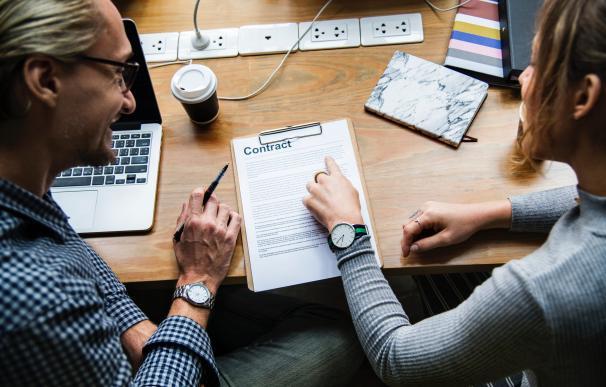 Un buen CV te coloca más cerca de un buen contrato. / Pexels