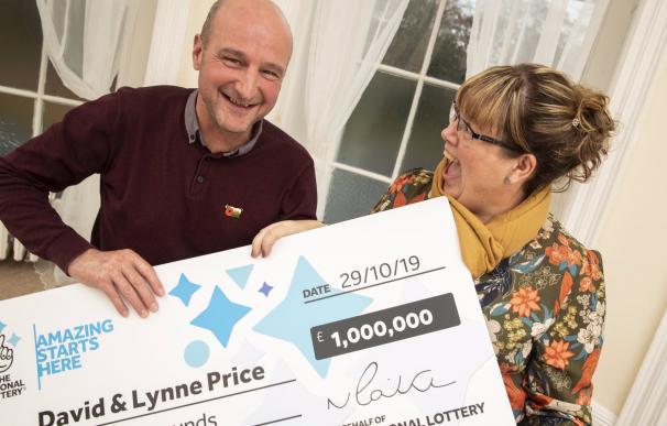 Fotografía de Dave y Lynne Price, ganadores del millón del Euromillones.
