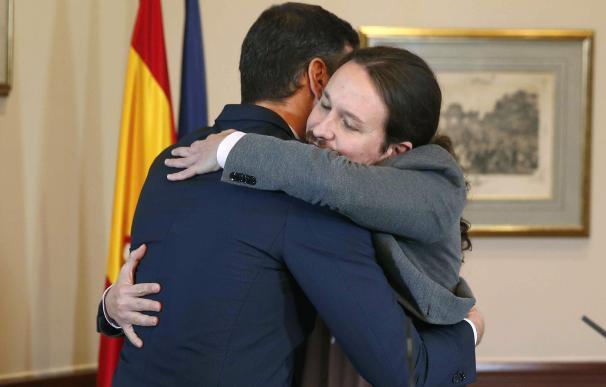 El abrazo entre Pedro Sánchez y Pablo Iglesias. / EFE