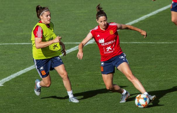 Vicky Losada (i) y Patri Guijarro (d), de la Selección Española de Fútbol Femenino