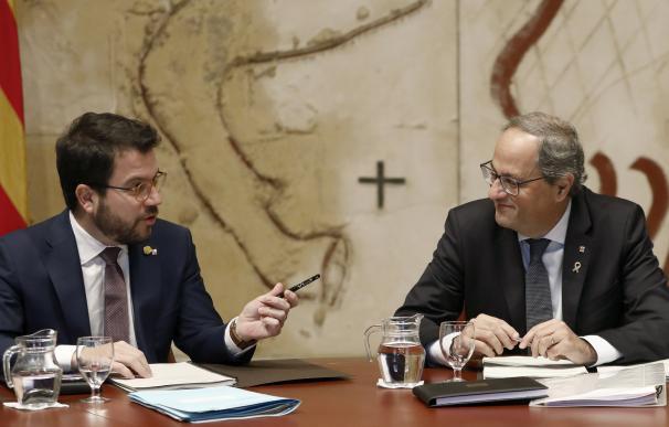 El presidente de la Generaliat, Quim Torra (d) habla con el vicepresidente del Govern y Conseller de Economía, Pere Aragonès (i) , durante la reunión semanal del ejecutivo catalán. /EFE
