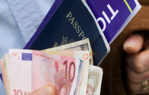 Fotografía del dinero que se puede llevar de un país a otro sin declarar.