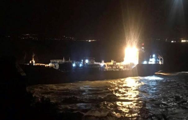 """Imagen del barco quimiquero """"Blue Star"""" que encalló en la noche de este viernes en el litoral del municipio de Ares, A Coruña."""