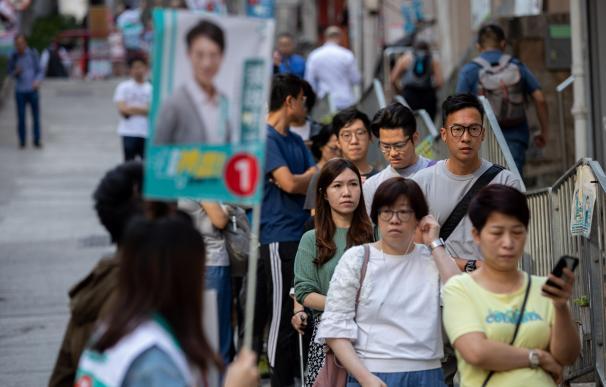 Hong Kong celebra elecciones locales con afluencia masiva tras meses de protestas