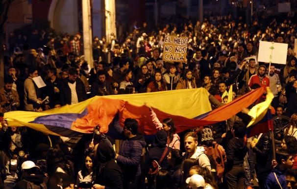 Manifestantes gritan consignas este sábado contra el Gobierno frente a la residencia privada del presidente colombiano, Iván Duque