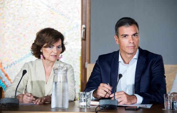 El presidente del Gobierno en funciones,Pedro Sánchez, acompañado por la vicepresidenta en funciones,Carmen Calvo, durante una reunión con colectivos LGTBI . EFE/Luca Piergiovanni