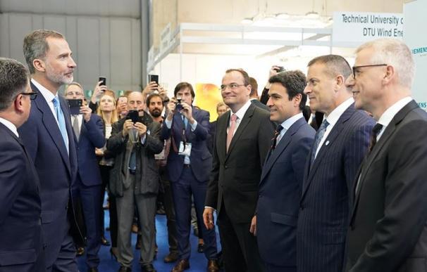 El Rey Felipe VI junto a la cúpula de Siemens Gamesa.