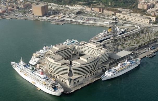 Los estibadores de Barcelona deciden no asistir a un buque que aloja a la Policía