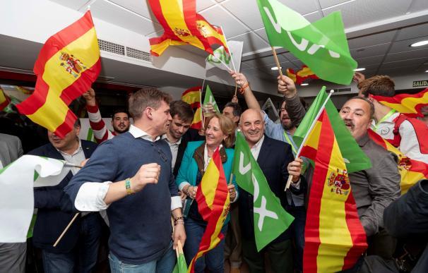 La cabeza de lista de Vox por Murcia al Congreso de los Diputados Lourdes Méndez acompañada de militantes del partido. EFE