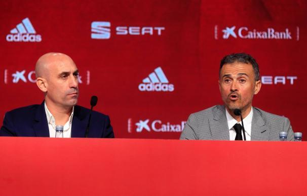 Luis Enrique (derecha), junto a Luis Rubiales.