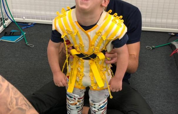 Fotografía de Bleu Greenwood, el niño con parálisis cerebral que consiguió caminar.
