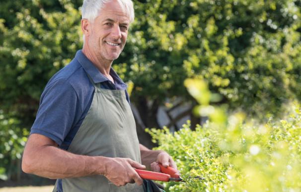 Fotografía de un jubilado parcial que trabaja y cobra pensión y sueldo.