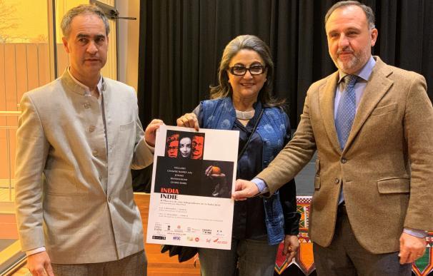 Guillermo Rodríguez, Aparna Sen, y Juan Manuel Guimerans en la presentación de el ciclo 'IndiaIndie'.