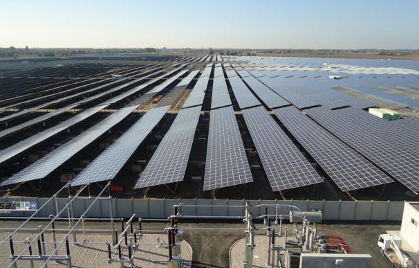 Economía/Energía- Los fotovoltaicos estudian recursos contra la CNE por una circular sobre el recorte de horas con prima