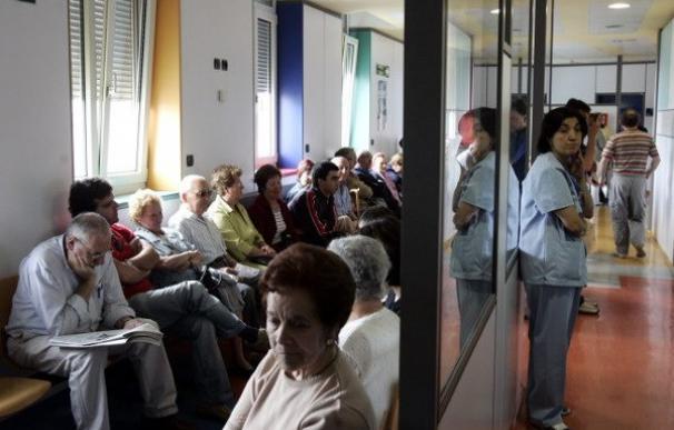 Foto de archivo de una sala de espera en un hospital. EFE/José Simal