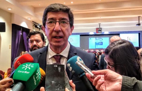 El vicepresidente de la Junta de la Andalucía y consejero de Turismo, Regeneración, Justicia y Administración Local, Juan Marín, atiende a los periodistas.
