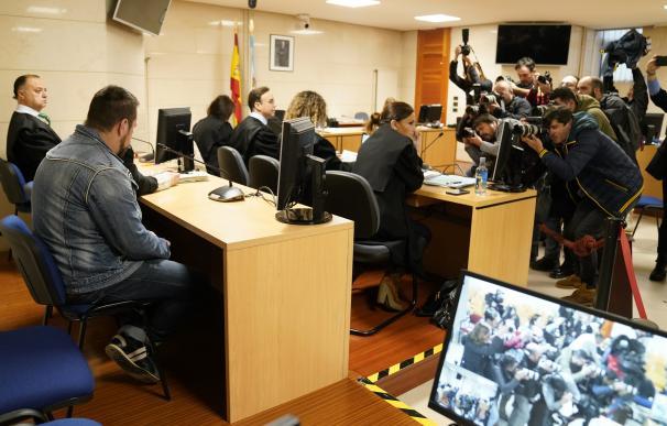 Miembros de la prensa toman fotos del acusado por el presunto asesinato de Diana Quer, José Enrique Abuín Gey, alias el Chicle