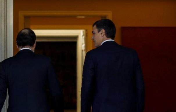 Fotografía Pedro Sánchez y Mariano Rajoy de espaldas / EFE